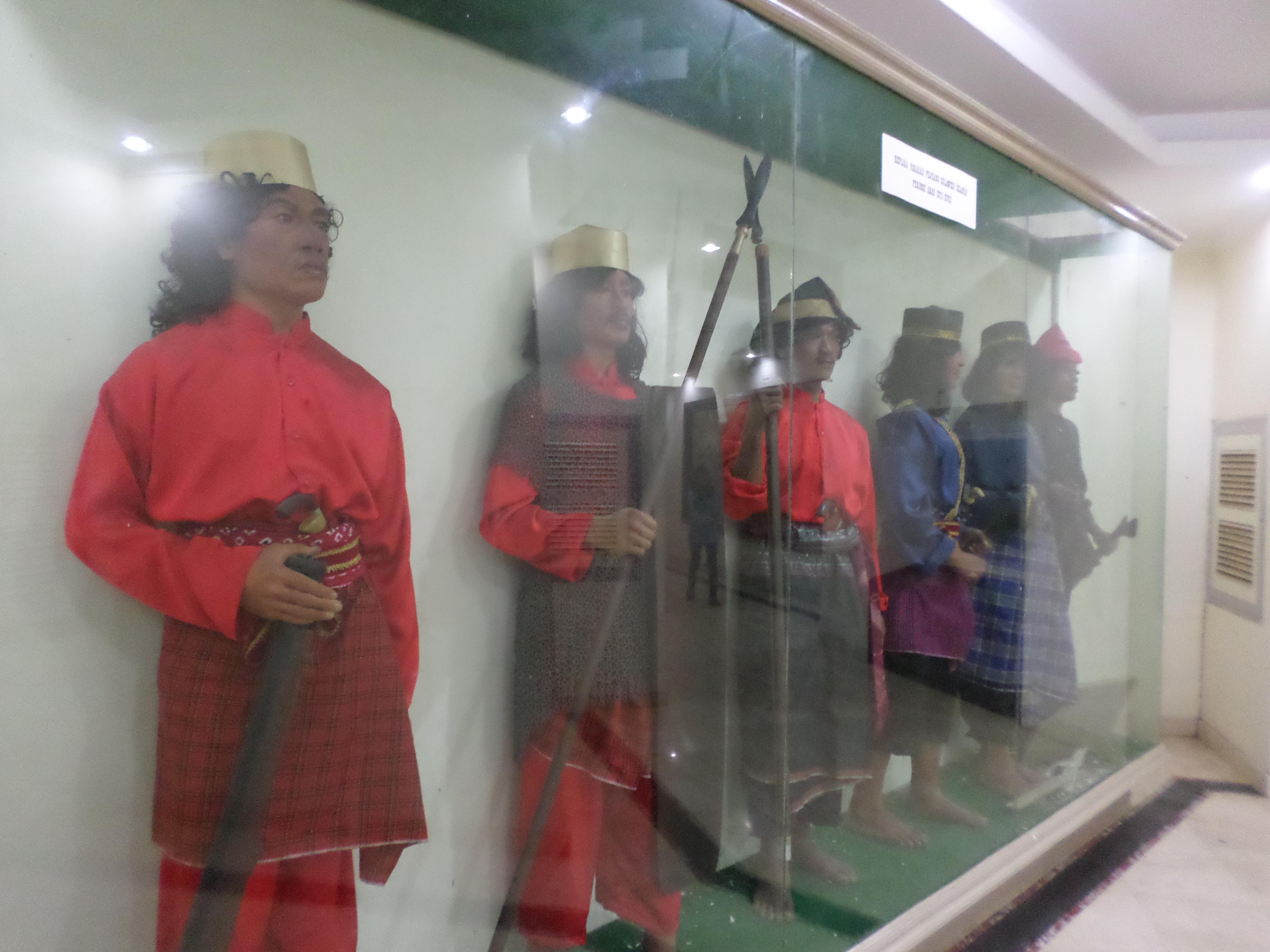 Monumen Mandala Monas Makassar Akbar Mangindara Baju Tradisional Sulawesi Selatan