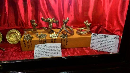 Makassar Gowa Museum Balla Lompoa Karnilakarim Al Quran Tulis Tangan