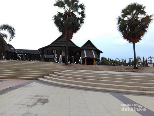 Museum Berbalut Rumah Adat Megah Makassar Balla Lompoa Kota