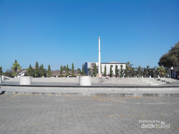 Telusur Sisa Kejayaan Kerajaan Gowa Makassar Tugu Depan Museum Balla