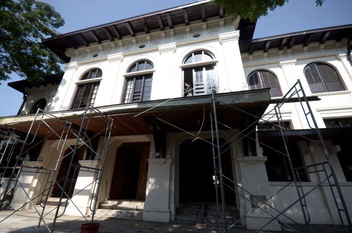 Revitalisasi Museum Kota Makassar Antara Foto Pekerja Memperbaiki Membersihkan Jendela