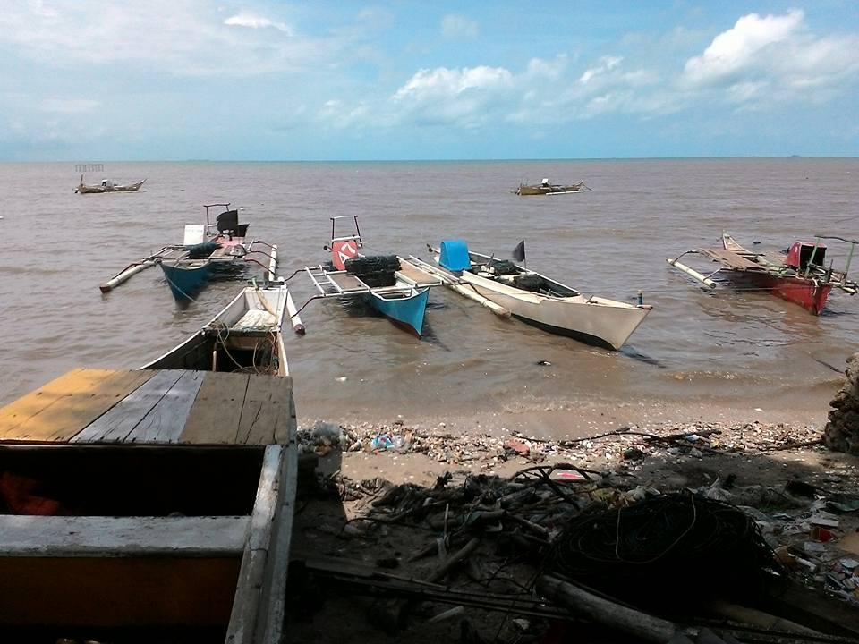 Menulis Pantai Kuri Perahu Belakang Rumah Nelayan Caddi Kota Makassar