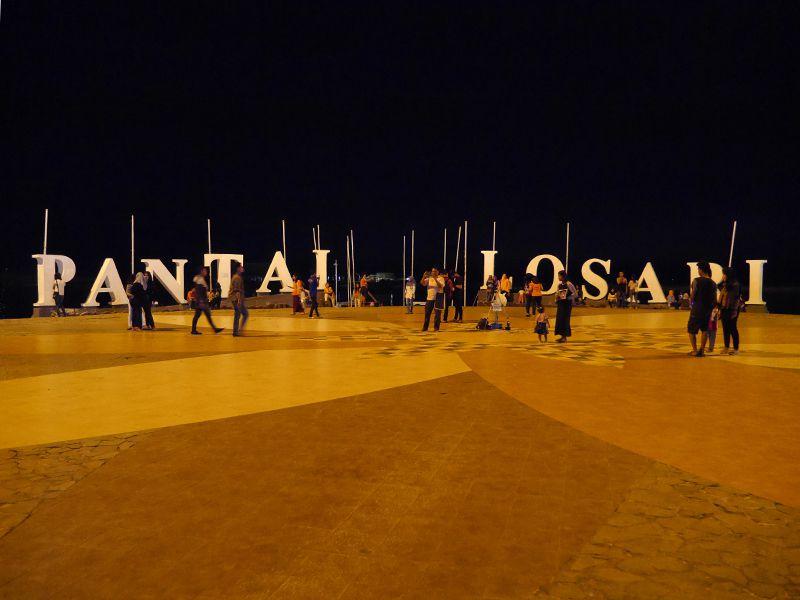 Malam Hari Ramai Pantai Losari Makassar Bagian Barat Kota Menjadi