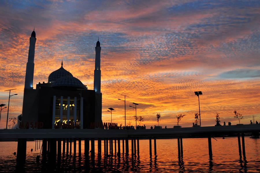 Wisata Makassar Pantai Losari Aneka Tempat Masjid Amirul Mukminin Kota