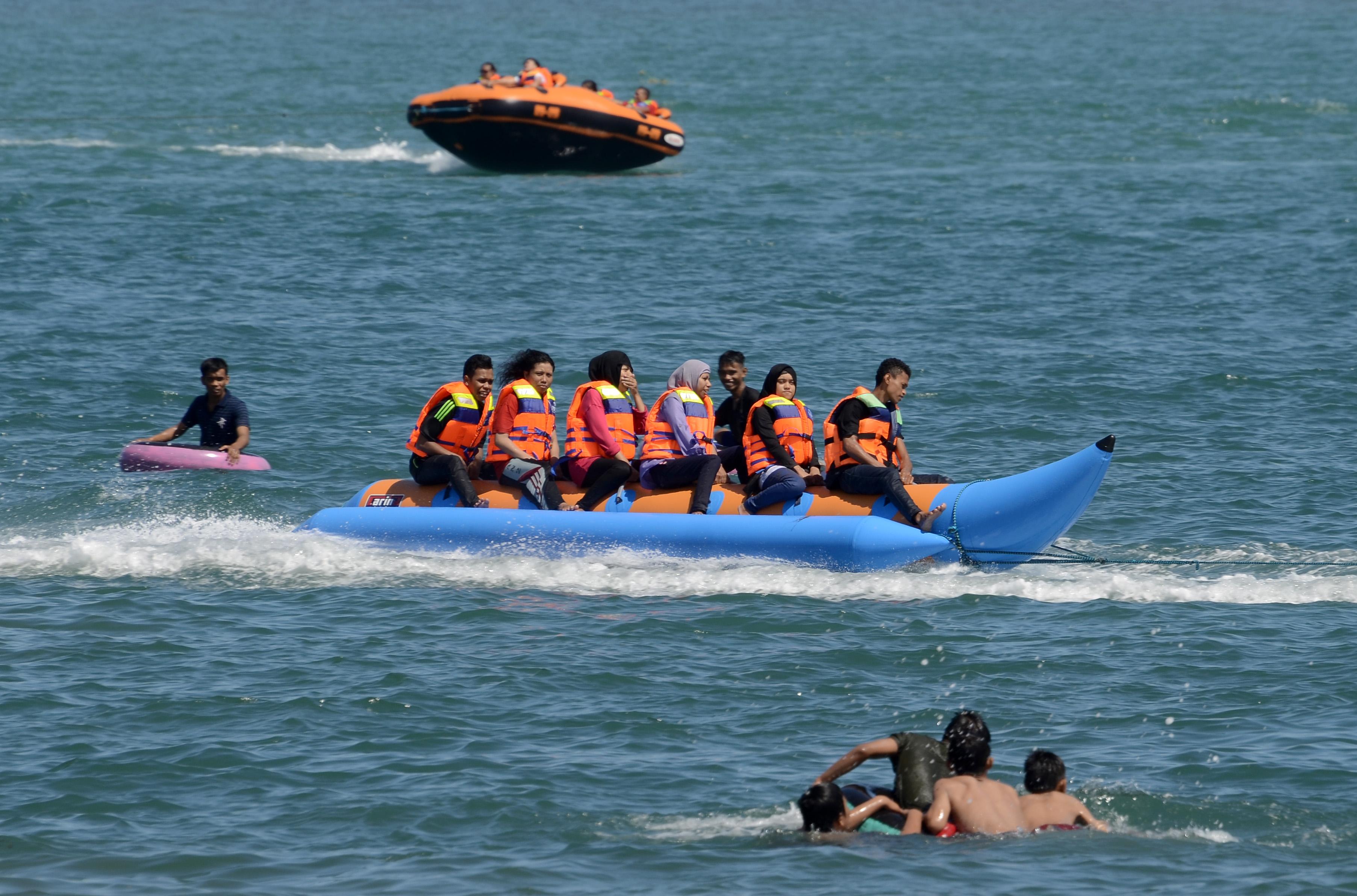 Banana Boat Pantai Tanjung Bayang Makassar Berita Daerah Kota