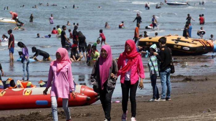 Foto Ramainya Pantai Tanjung Bayang Tribun Timur Kota Makassar