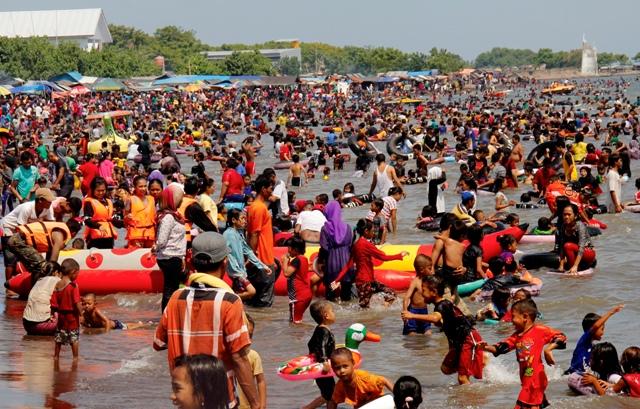 Padat Pengunjung Tempat Wisata Pantai Tanjung Bayang Makassar Berita Daerah