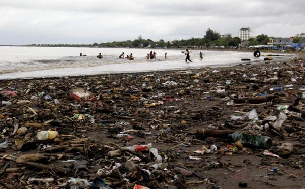 Pantai Tanjung Bayang Makassar Dipenuhi Sampah 0 Foto Okezone Pengunjung