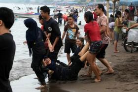 Santai Libur Tanjung Bayang Tribun Timur Pantai Kota Makassar