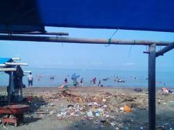 Tanjung Bayang Ramai Sampah Tribun Timur Pantai Kota Makassar