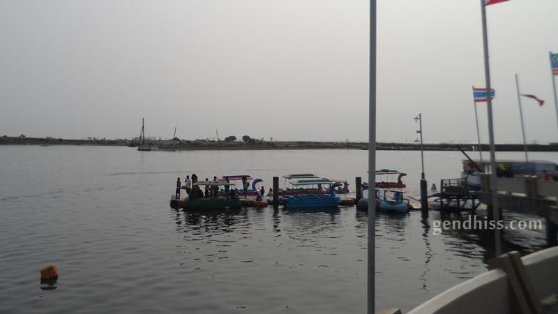 Anjungan Pantai Losari Makassar Gendhiss Blog Sepeda Air Bebek Bebekan