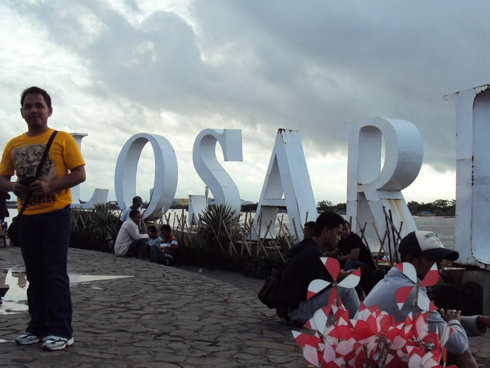 Iman Rabinata Maret 2011 Pantai Losari Makassar Tugu Adipura Anjungan