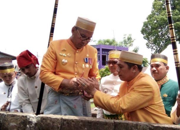 Foto Hut Makassar 409 Danny Ical Tampil Mesra Ziarah Makam