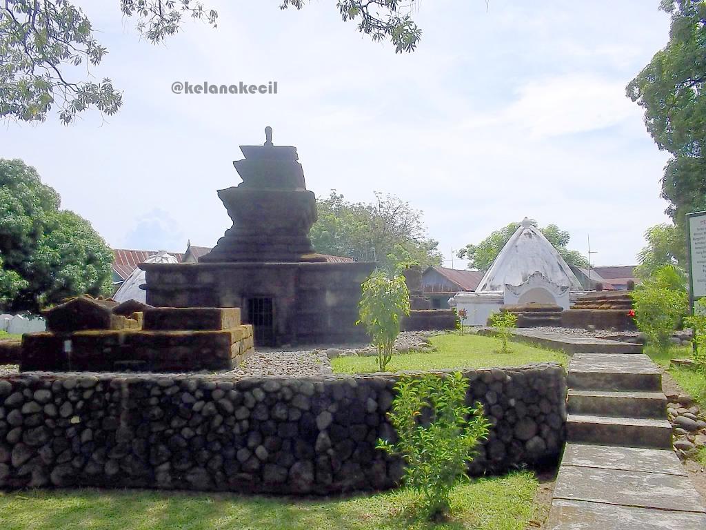 Makam Kelanakecil Laman 2 Salah Satu Pusara Raja Tallo Berbentuk