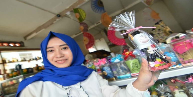 Keramik Wisuda Laris Manis Klikapa Portal Berita Terkini Kampung Dinoyo