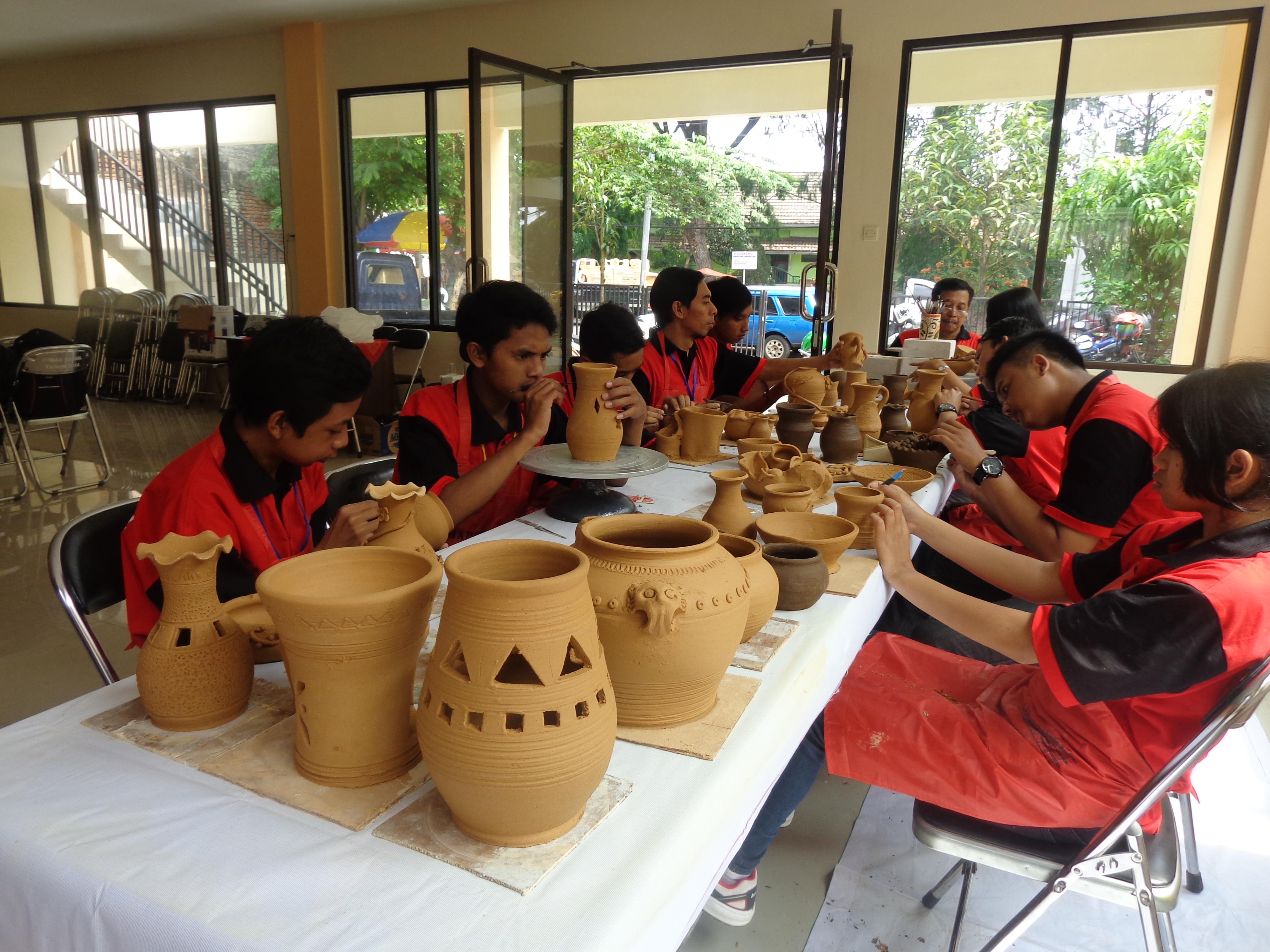 Malang Pun Miliki Kerajinan Khasnya Ngalam Pembuatan Keramik Khas Kampung