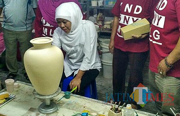 Politik Cagub Jatim Khofifah Indar Parawansa Bandingkan Keramik Calon Gubernur