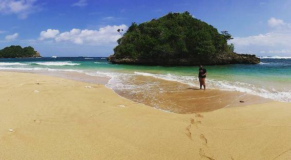 Pantai Kedung Celeng Surga Eksotisme Malang Lihat Id Salah Satu