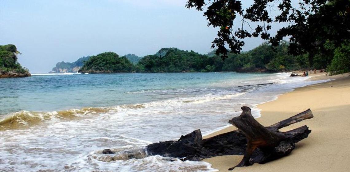 Pesona Pantai Kondang Merak Memukau Malang Selatan Ulinulin Pasir Putih