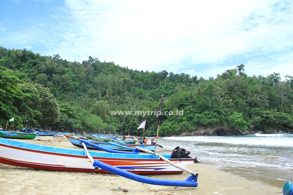Pantai Lenggoksono Air Terjun Banyu Anjlok Alternatif Liburan Deretan Perahu