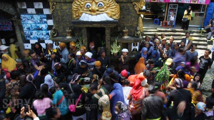 Galeri Foto Ritual Suku Tengger Taman Wisata Air Warga Berebut