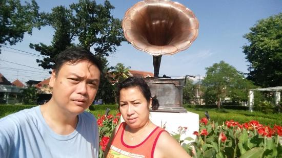 Patung Taman Depan Hotel Picture Shalimar Boutique Cerme Terompet Kota