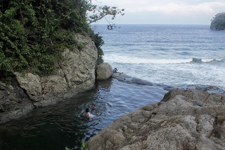 Pantai Banyu Anjlok Sensasi Air Terjun Tepi Laut Malang Selatan