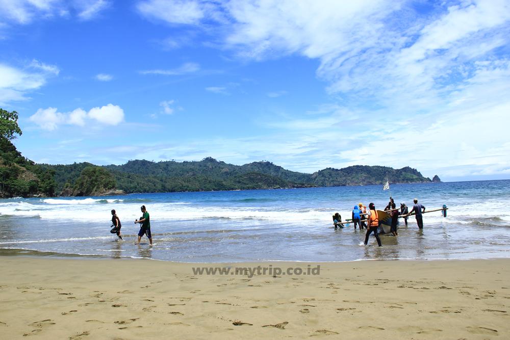 Pantai Lenggoksono Air Terjun Banyu Anjlok Alternatif Liburan Perahu Merapat