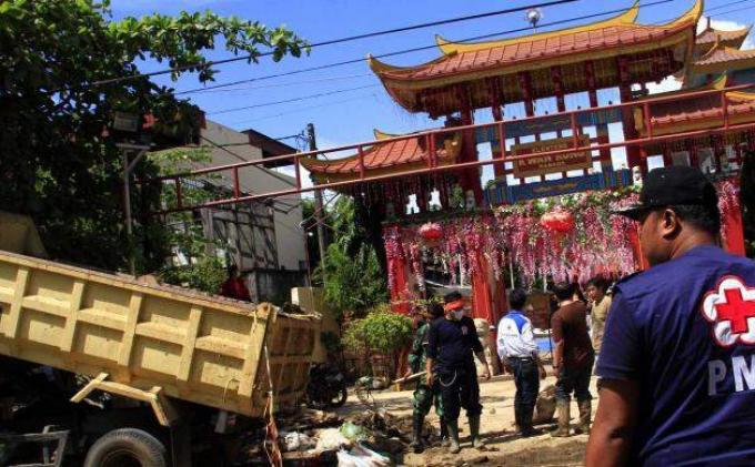 Pmi Tni Bersihkan Lumpur Banjir Kampung Cina Manado Kota