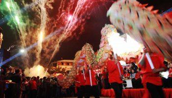Warga Hingga Turis Cina Nikmati Malam Imlek Manado Foto Kemeriahan
