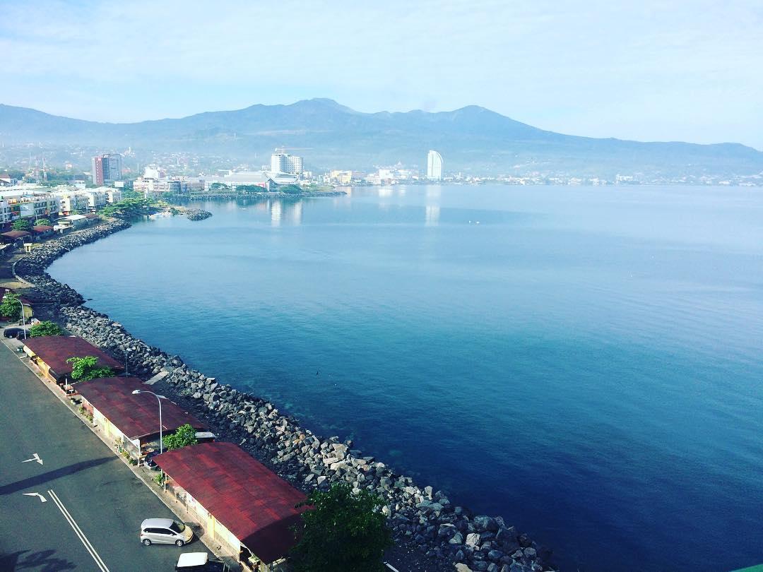 Kawasan Boulevard Manado Dipenuhi Oleh Aneka Warung Restoran Cafe Bahkan