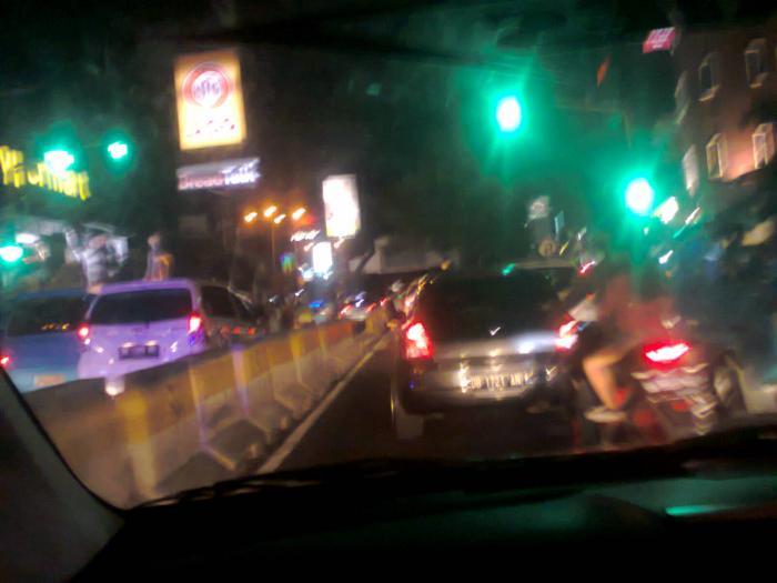 Suasana Malam Kawasan Boulevard Manado Oleh Johanis Malingkas Soal Jalan