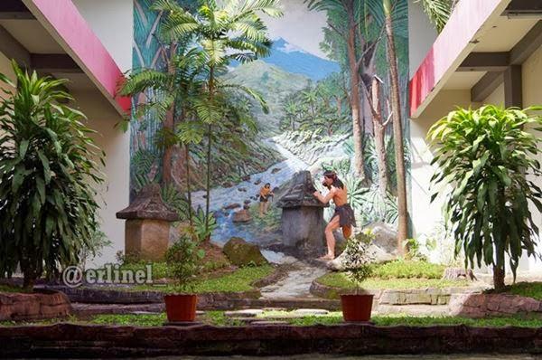Museum Negeri Sulawesi Utara Sedangkan Tepat Depan Pintu Terpajang Satu