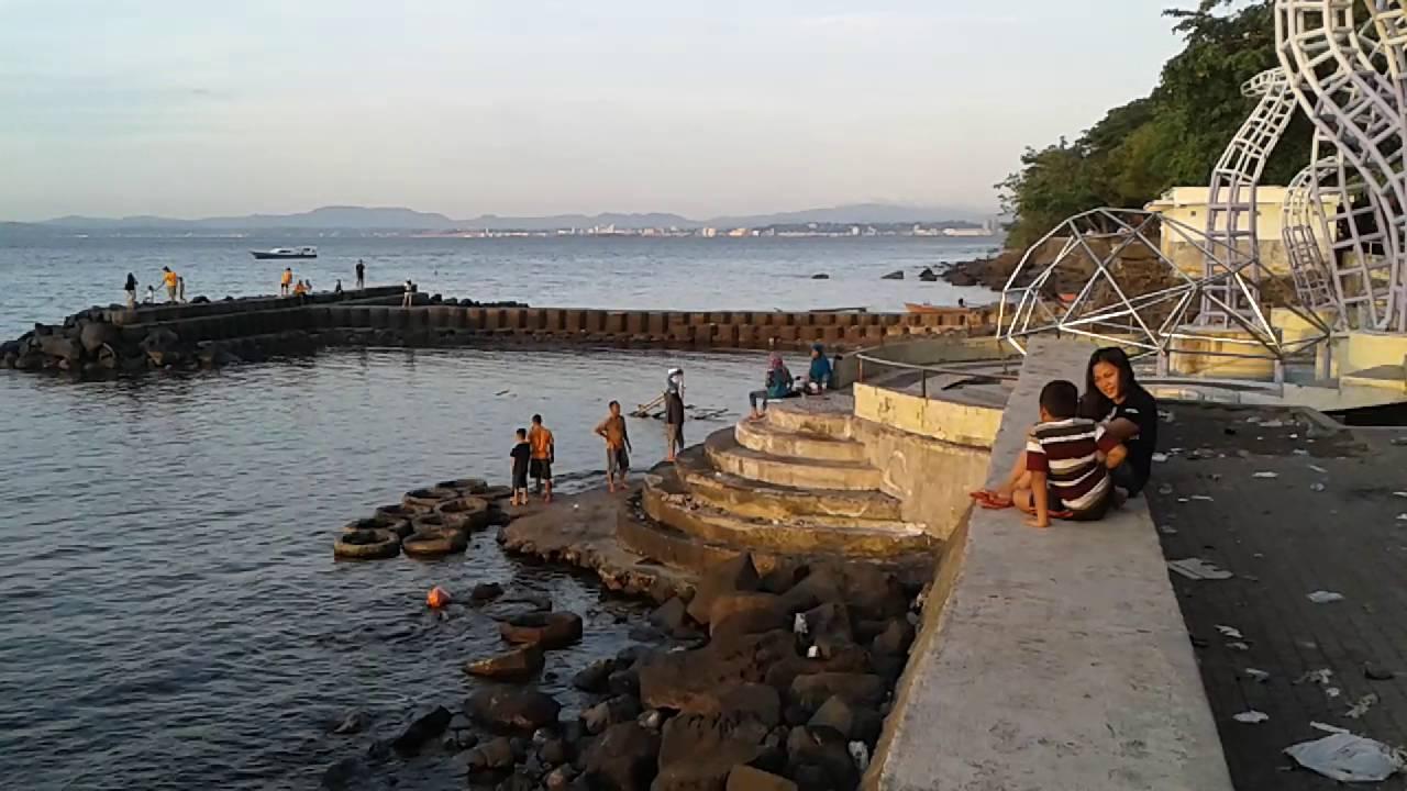 Asyiknya Menikmati Liburan Pantai Malalayang Sambil Mandi Pisang Goreng Youtube
