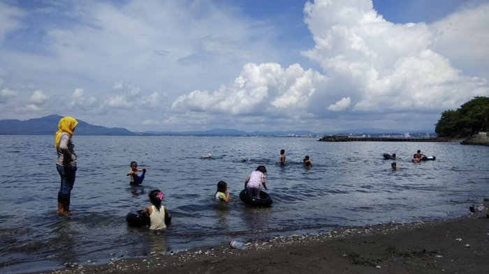 Pantai Malalayang Diserbu Warga Liburan Tribun Manado Kota