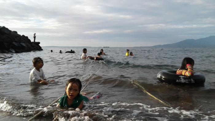 Pantai Malalayang Jadi Primadona Warga Manado Habiskan Hari Libur Kota
