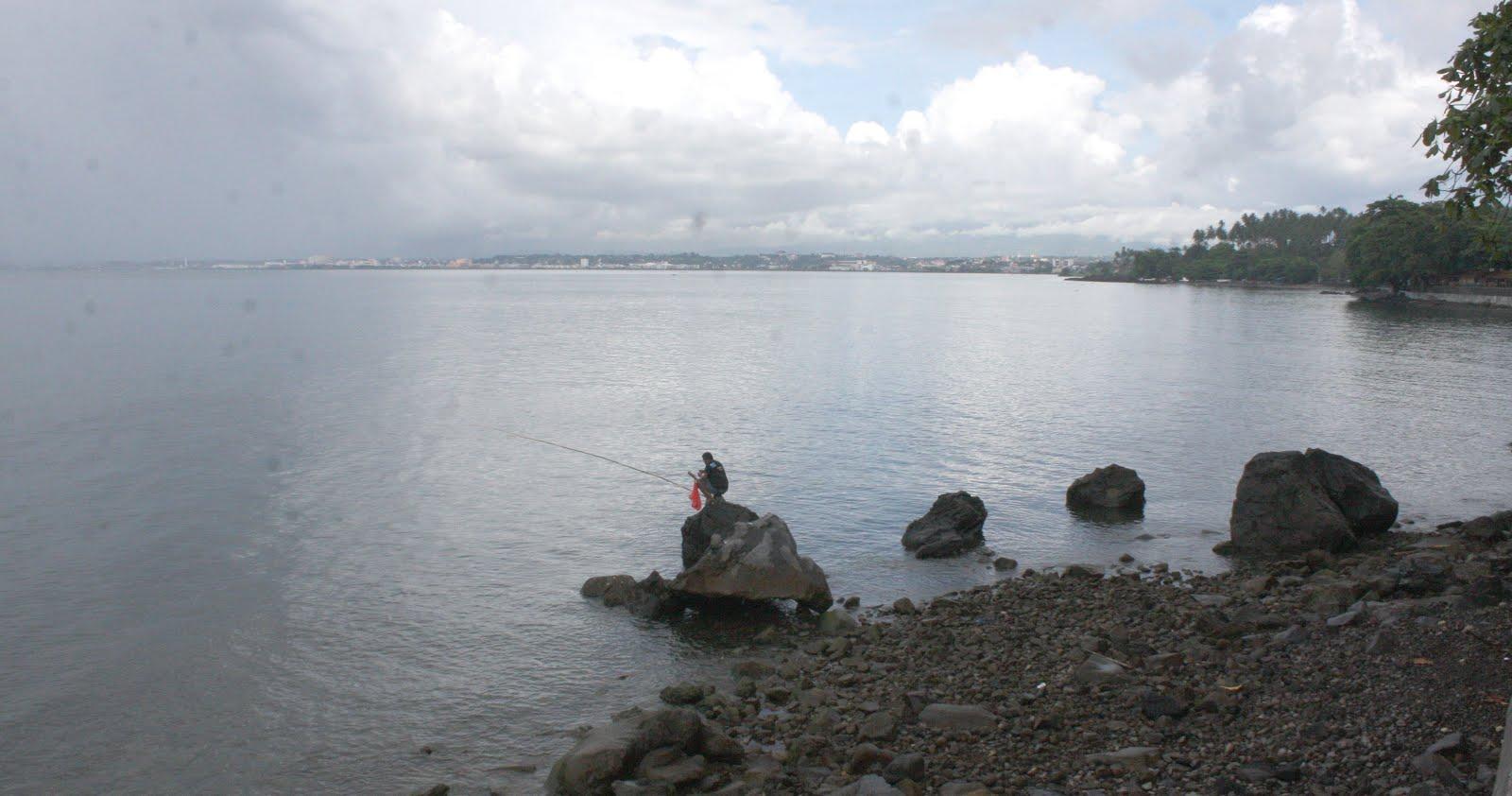 Riang Pesisir Malalayang Pengunjung Pantai Bermancing Ikan Kota Manado Potensi