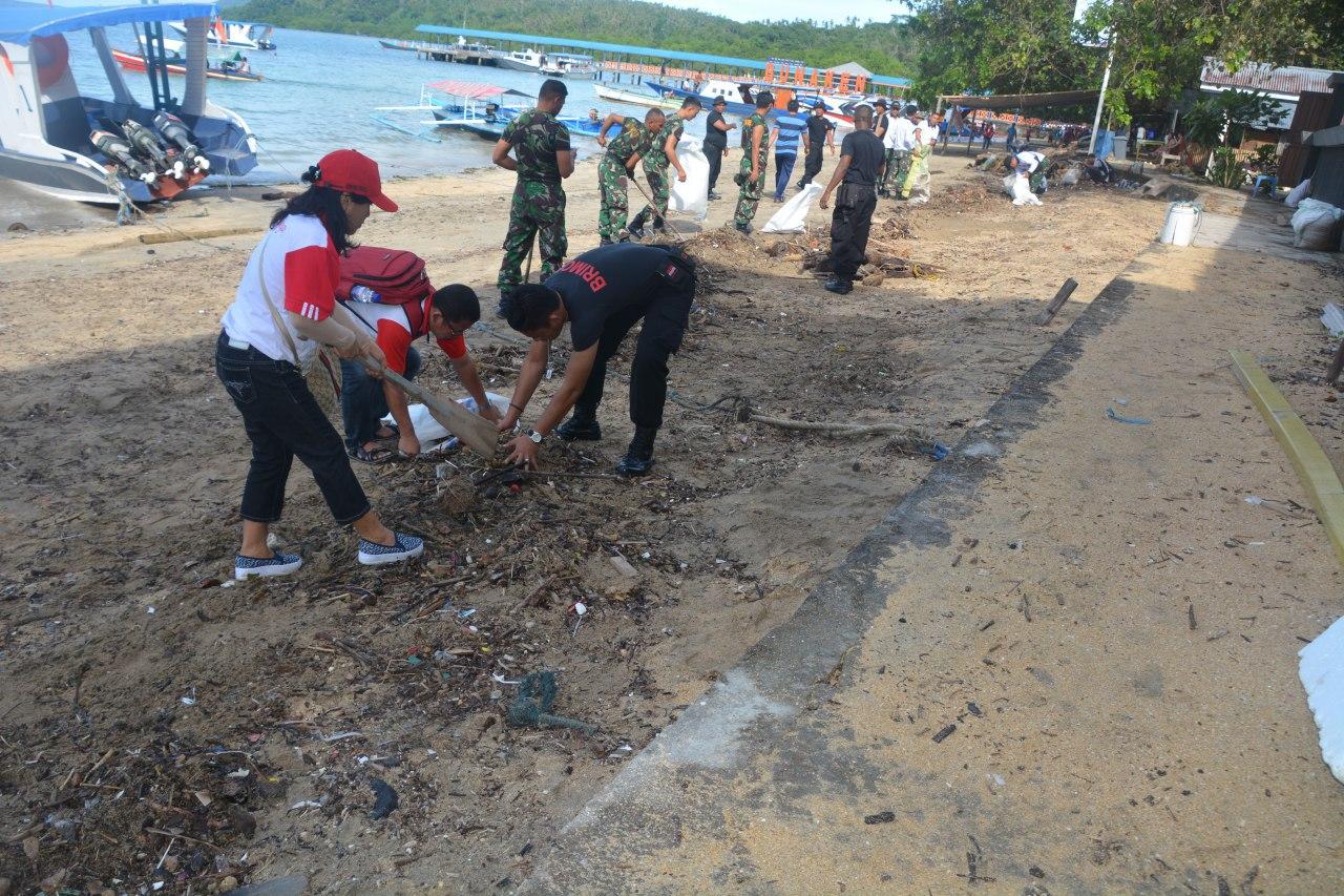 Tni Polri Pemrov Sulut Kerja Sama Bersihkan Pantai Malalayang Img