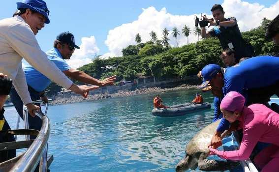 Wali Kota Manado Kapolda Sulut Kompak Turun Bersihkan Pantai Malalayang