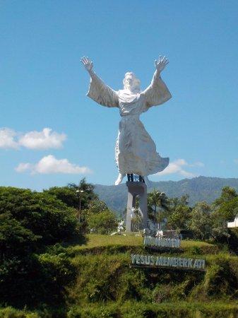 Dalla Collina Fronte Foto Patung Yesus Memberkati Manado Kota