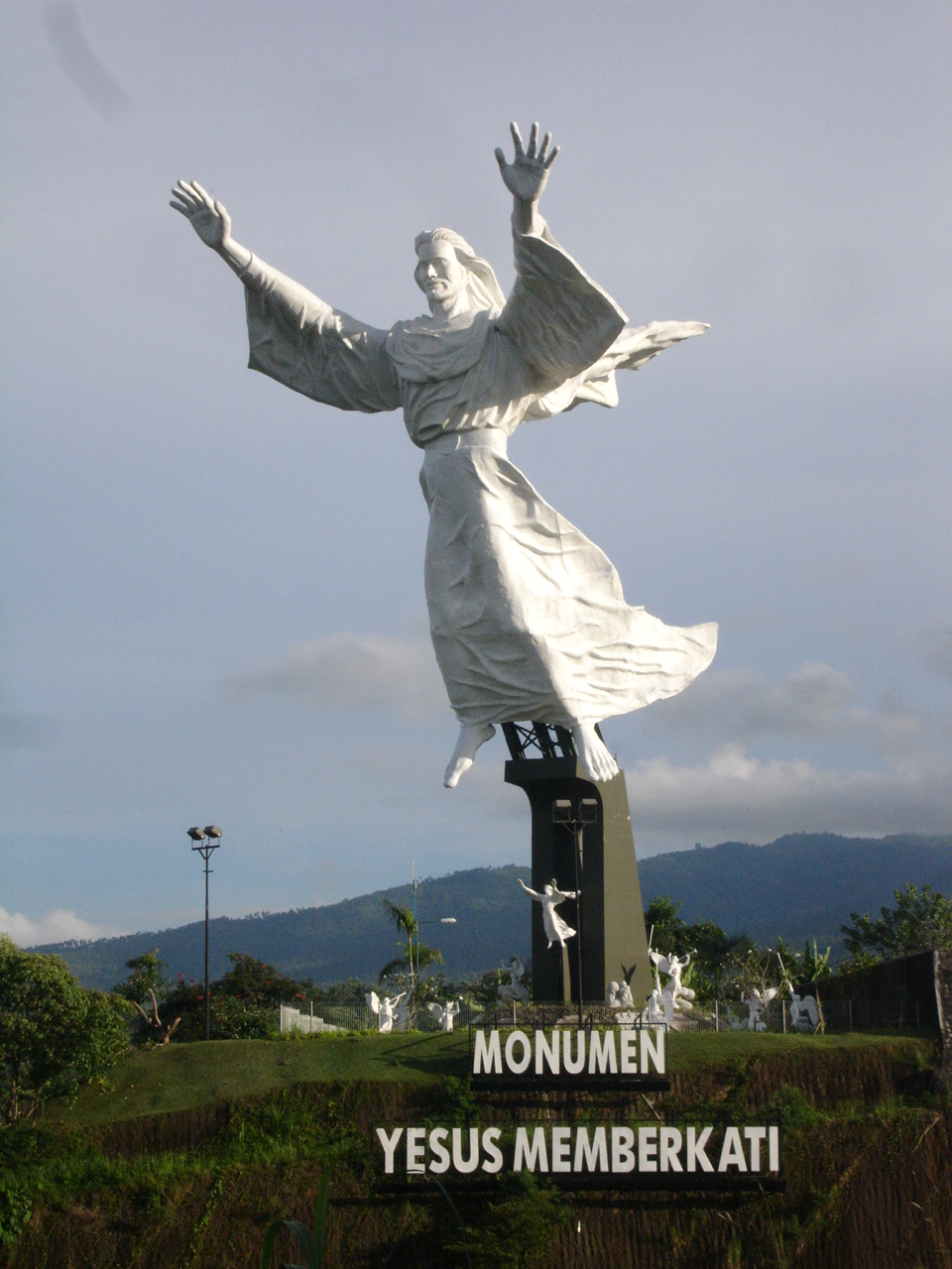 File Monumen Yesus Memberkati Panoramio Jpg Wikimedia Commons Patung Kota