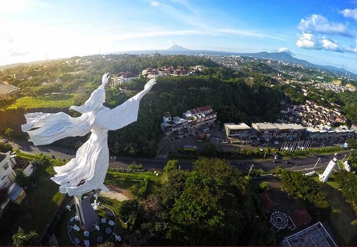 Intip Wisata Religi Manado Mendunia Patung Yesus Memberkati Kota
