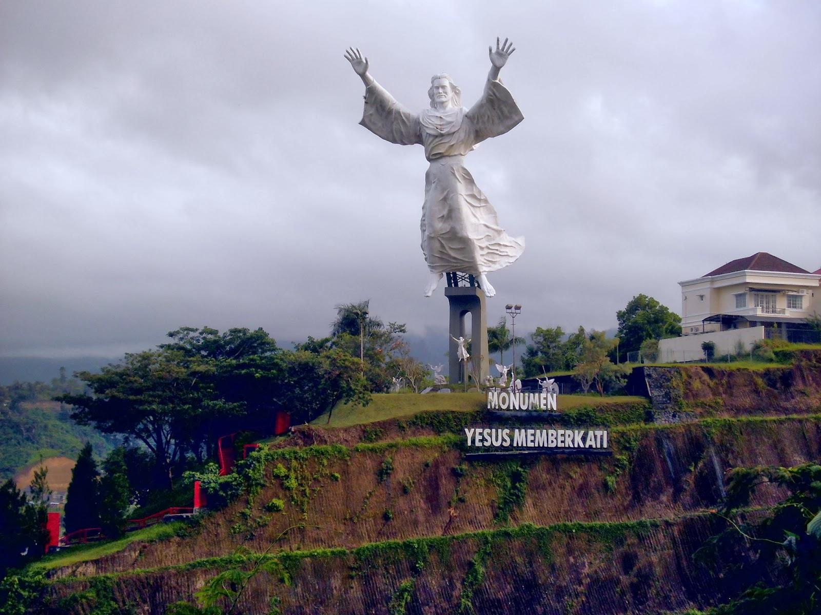 Life Blue Manado Part Monumen Yesus Memberkati Bawah Patung Terdapat