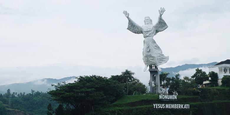 Patung Yesus Memberkati Manado 2 Amorpost Memberkait Kota
