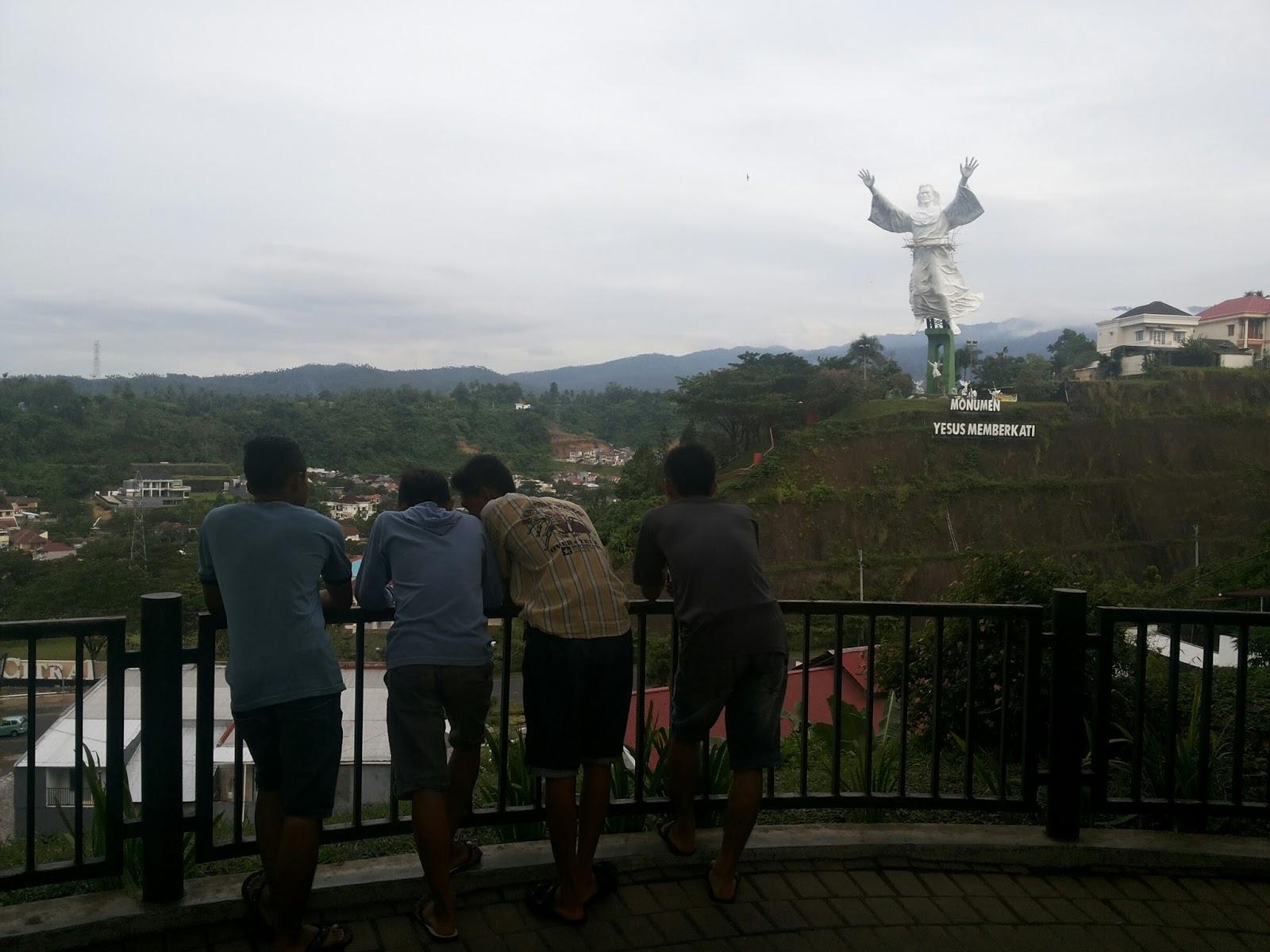 Sepasang Sepatu Hidup Patung Yesus Memberkati Manado Kedua Taman Kecil