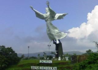 Tanah Sekitar Longsor Patung Yesus Gereja Berdiri Kokoh Memberkati Kota