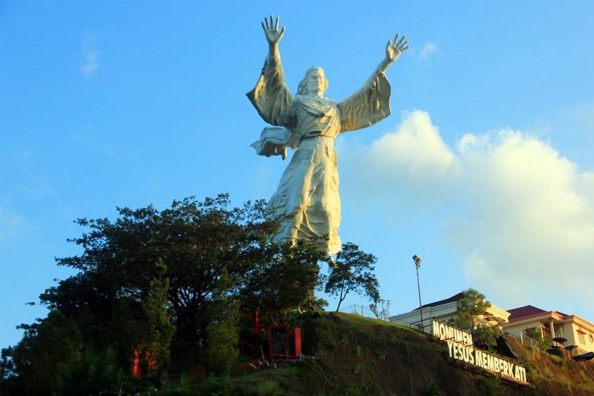 Uniknya Monumen Yesus Memberkati Manado Indonesiakaya Pembuatan Patung Diprakarsai Pengusaha
