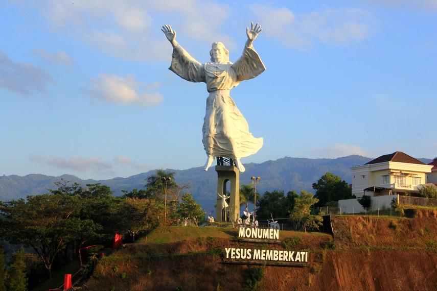 Uniknya Monumen Yesus Memberkati Manado Indonesiakaya Terletak Perumahan Mewah Citraland
