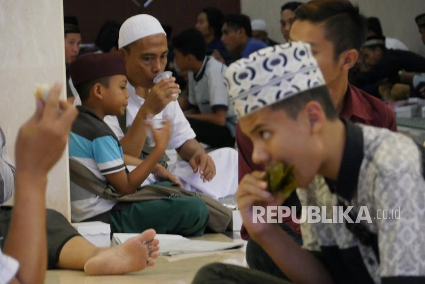 Islamic Center Ntb Berikan Seribu Takjil Setiap Hari Republika Online