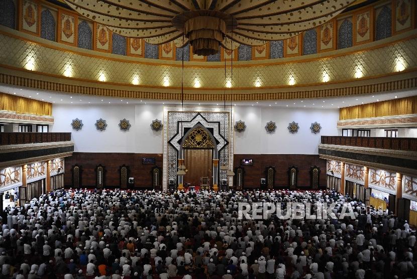 Shalat Tarawih Pertama Masjid Hubbul Wathan Mataram Republika Warga Melaksanakan